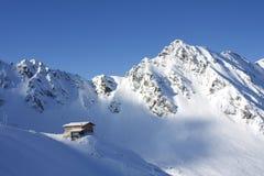 瑞士山中的牧人小屋查出的山 免版税库存图片