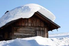 瑞士山中的牧人小屋横向山雪 库存图片