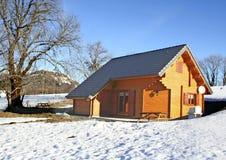 瑞士山中的牧人小屋滑雪 免版税库存图片
