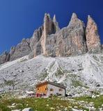 瑞士山中的牧人小屋白云岩lavaredo山 免版税库存照片