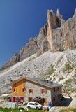 瑞士山中的牧人小屋白云岩lavaredo山 免版税库存图片