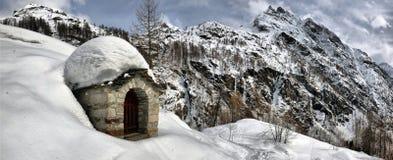 瑞士山中的牧人小屋的屋顶cowred与雪 免版税库存照片