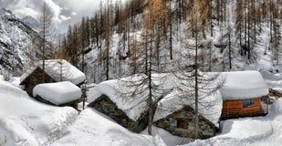 瑞士山中的牧人小屋的屋顶cowred与雪 库存图片