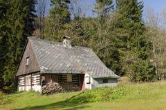 瑞士山中的牧人小屋老木 库存照片