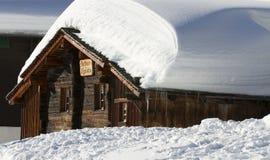 瑞士山中的牧人小屋被雪包围住木 库存图片