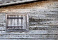 瑞士山中的牧人小屋视窗 库存照片