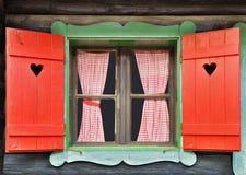 瑞士山中的牧人小屋视窗 免版税库存图片