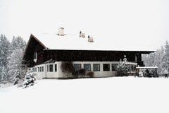 瑞士山中的牧人小屋雪风暴冬天 库存图片