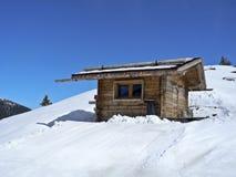 瑞士山中的牧人小屋雪 免版税库存照片