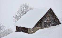 瑞士山中的牧人小屋雪 免版税库存图片