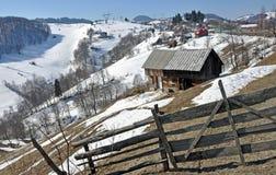 瑞士山中的牧人小屋顶层 免版税库存照片