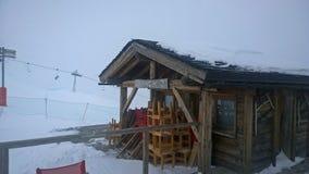 瑞士山中的牧人小屋滑雪 图库摄影