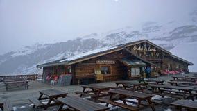 瑞士山中的牧人小屋滑雪 库存照片