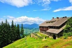 瑞士山中的牧人小屋 免版税库存照片