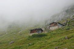 瑞士山中的牧人小屋 免版税库存图片