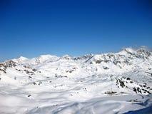 瑞士山的斯诺伊阿尔卑斯在一个美好的晴朗的冬日 免版税库存照片