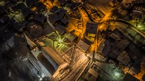 瑞士村庄-瑞士的夜鸟瞰图圣诞节的 库存照片
