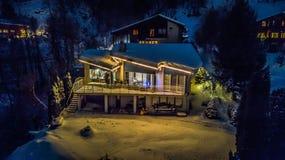 瑞士村庄-瑞士的夜鸟瞰图圣诞节的 免版税库存图片