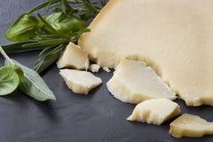 瑞士格里尔干奶酪用在黑暗的板岩的草本 库存图片