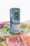 100瑞士法郎钞票滚动了与橡胶 免版税库存图片