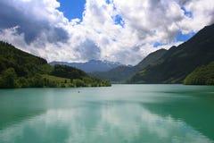 瑞士湖的山 库存图片