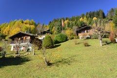 瑞士瑞士山中的牧人小屋在秋天 免版税库存照片