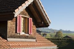 瑞士瑞士山中的牧人小屋顶楼外部:屋顶和窗口 库存照片