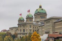 瑞士的联邦宫殿用旗子装饰了 库存图片