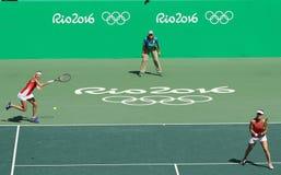 瑞士的迪美雅・芭辛丝姬(l)和玛蒂娜・辛吉斯行动的在妇女的里约的双决赛期间2016年 免版税库存照片
