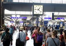 瑞士苏黎士- 2017年6月03日:人们在大厅苏黎世里 库存图片