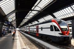 瑞士苏黎士- 2017年6月03日:在火车附近的人们在Z 库存照片