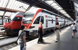 瑞士苏黎士- 2017年6月03日:在火车附近的人们在Z 免版税库存图片
