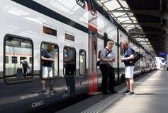 瑞士苏黎士- 2017年6月03日:在火车附近的人们在Z 库存图片