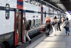 瑞士苏黎士- 2017年6月03日:在火车附近的人们在Z 免版税库存照片