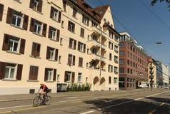 瑞士苏黎士- 2017年6月03日:在苏黎世街道上的骑自行车者  免版税库存图片