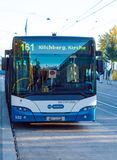 瑞士苏黎士- 2017年10月16日:在街道上的现代公共汽车 免版税库存图片