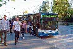 瑞士苏黎士- 2017年10月16日:在街道上的现代公共汽车 图库摄影