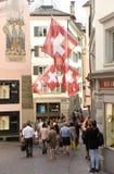 瑞士苏黎士- 2017年6月03日:在Zur街道上的人们  免版税库存照片