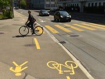 瑞士苏黎士- 2017年6月03日:在Zuri街道上的自行车骑士  免版税库存照片