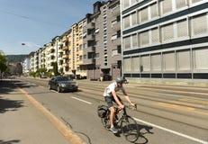 瑞士苏黎士- 2017年6月03日:在Zuri街道上的自行车骑士  库存图片