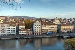 瑞士苏黎士- 2015年10月28日:市的全景和反射苏黎世在利马特河河, 免版税图库摄影