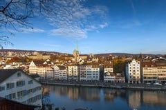 瑞士苏黎士- 2015年10月28日:市的全景和反射苏黎世在利马特河河, 库存照片