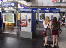 瑞士苏黎士- 2017年6月03日:票自动化和depar 免版税库存照片