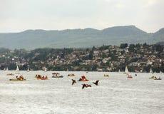 瑞士苏黎士- 2017年6月03日:筏和小船在Zur 免版税库存照片