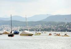 瑞士苏黎士- 2017年6月03日:筏和小船在Zur 库存图片