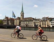 瑞士苏黎士- 2017年6月03日:骑自行车者在Zuri的中心 库存照片