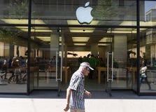 瑞士苏黎士- 2017年6月03日:Bahnhof的苹果计算机商店 库存图片