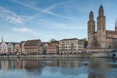 瑞士苏黎士- 2015年10月28日:Grossmunster和反射教会在利马特河河,苏黎世 免版税库存照片
