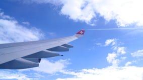 瑞士苏黎士-毁损第31, 2015年:在多云蓝色靛蓝天空期间,飞过飞机的看法 库存照片