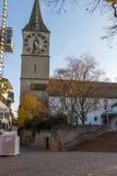 瑞士苏黎士- 2015年10月28日:圣皮特圣徒・彼得教会和秋天树,市苏黎世 免版税库存照片